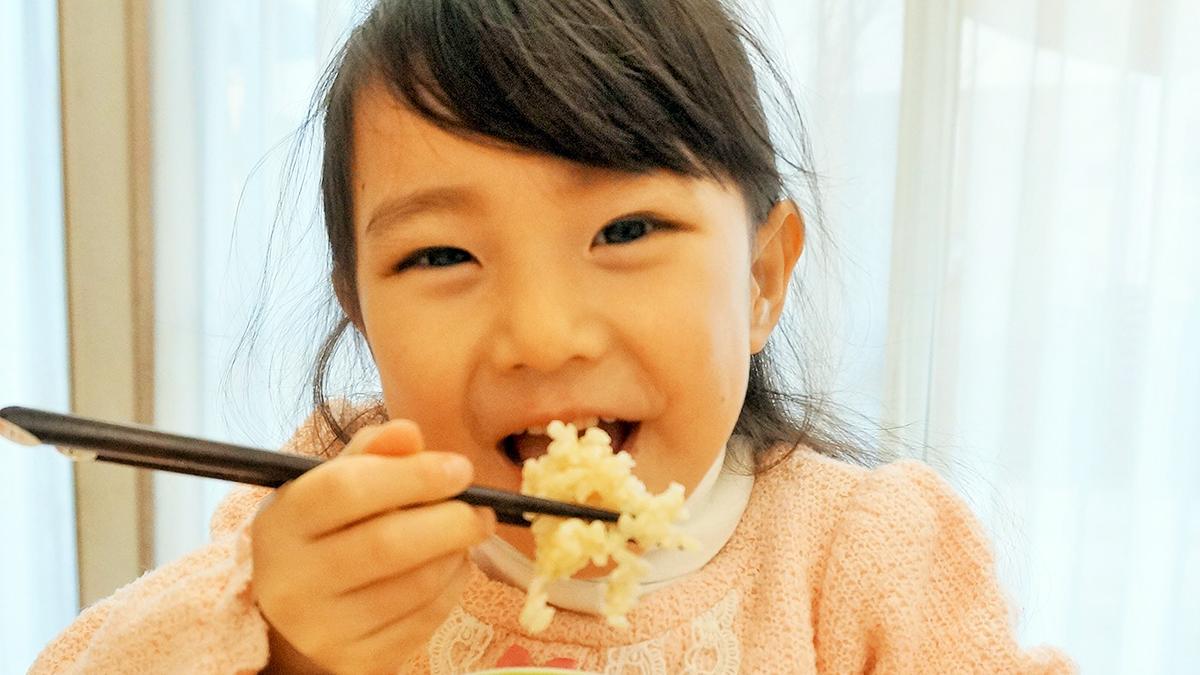ミツハシライスの「美食玄米」のリゾットを食べる娘