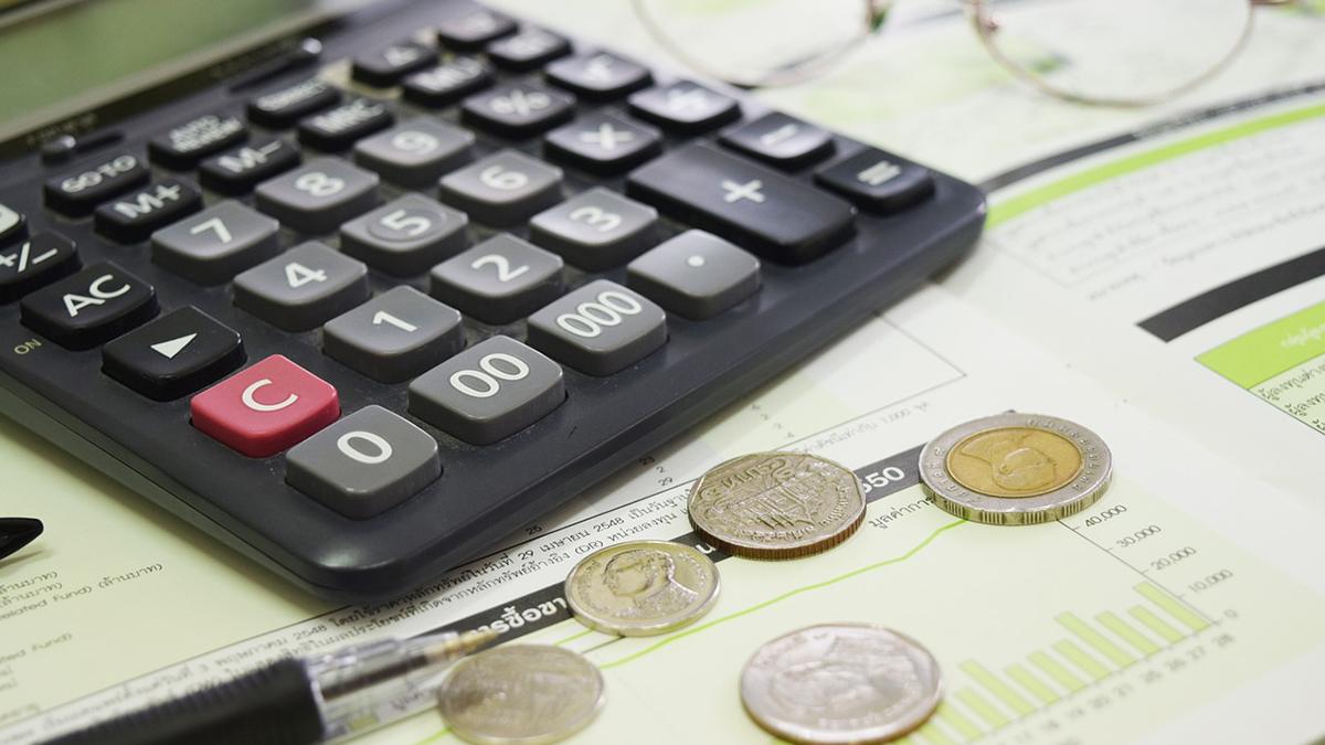 お金と計算機のイメージ画像
