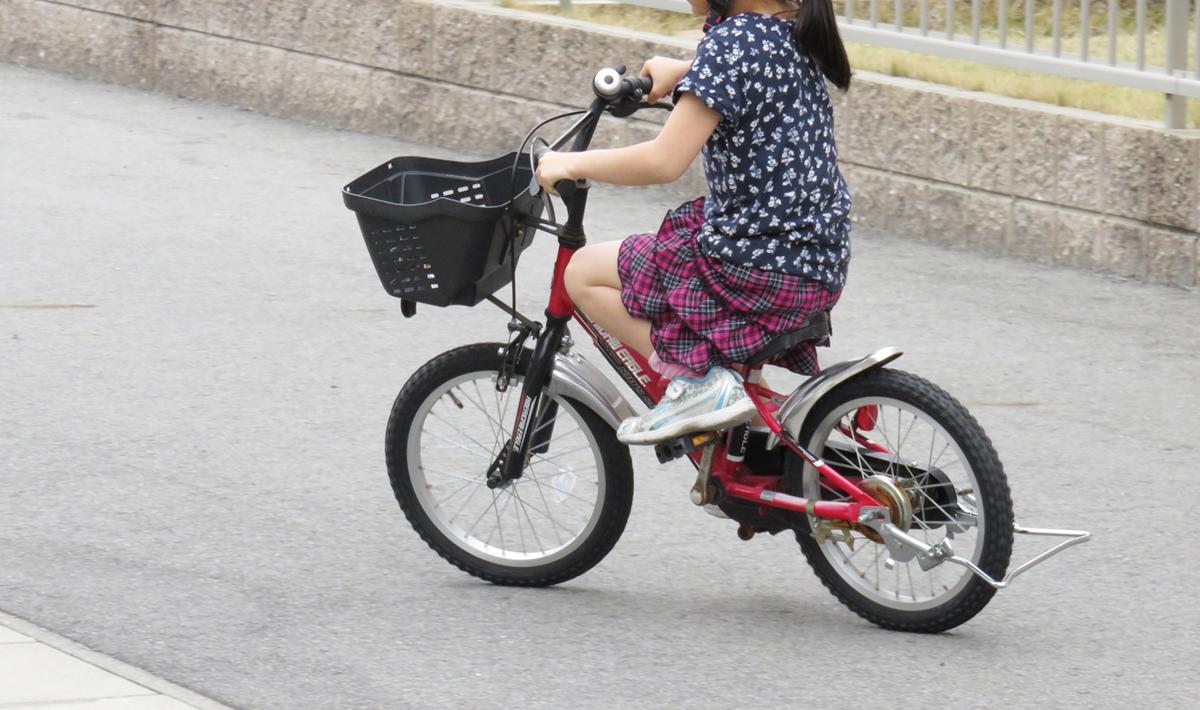 子どもが自転車に乗っているイメージ画像