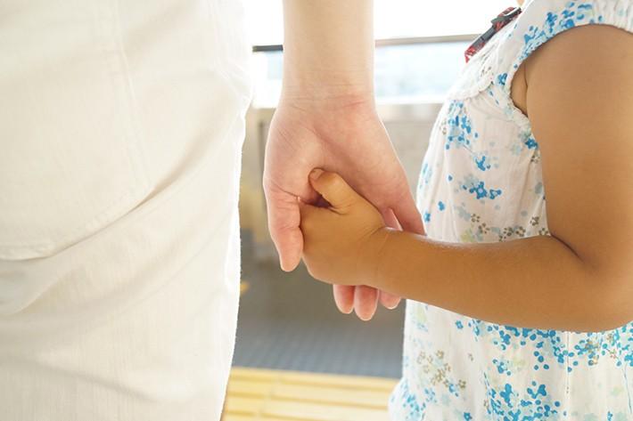 親と手をつなぐ子供のイメージ画像