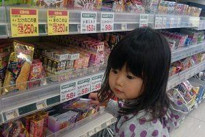 買い物をする子ども