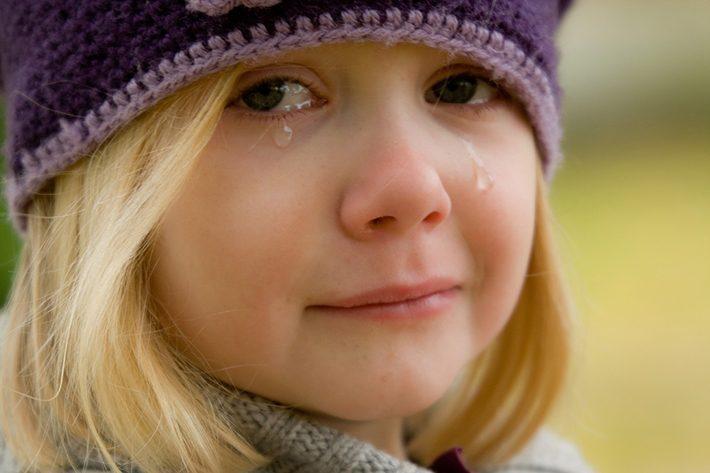 涙を流して泣いている女の子のイメージ画像