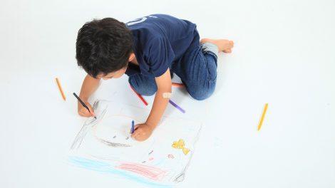 お描きを楽しむ男の子のイメージ画像