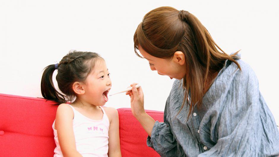 親子で歯磨きをするイメージ画像