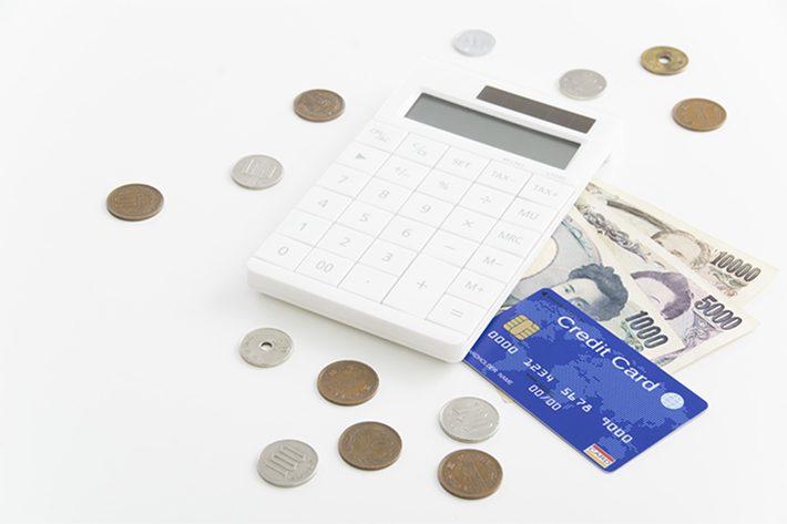 お金とカードのイメージ写真