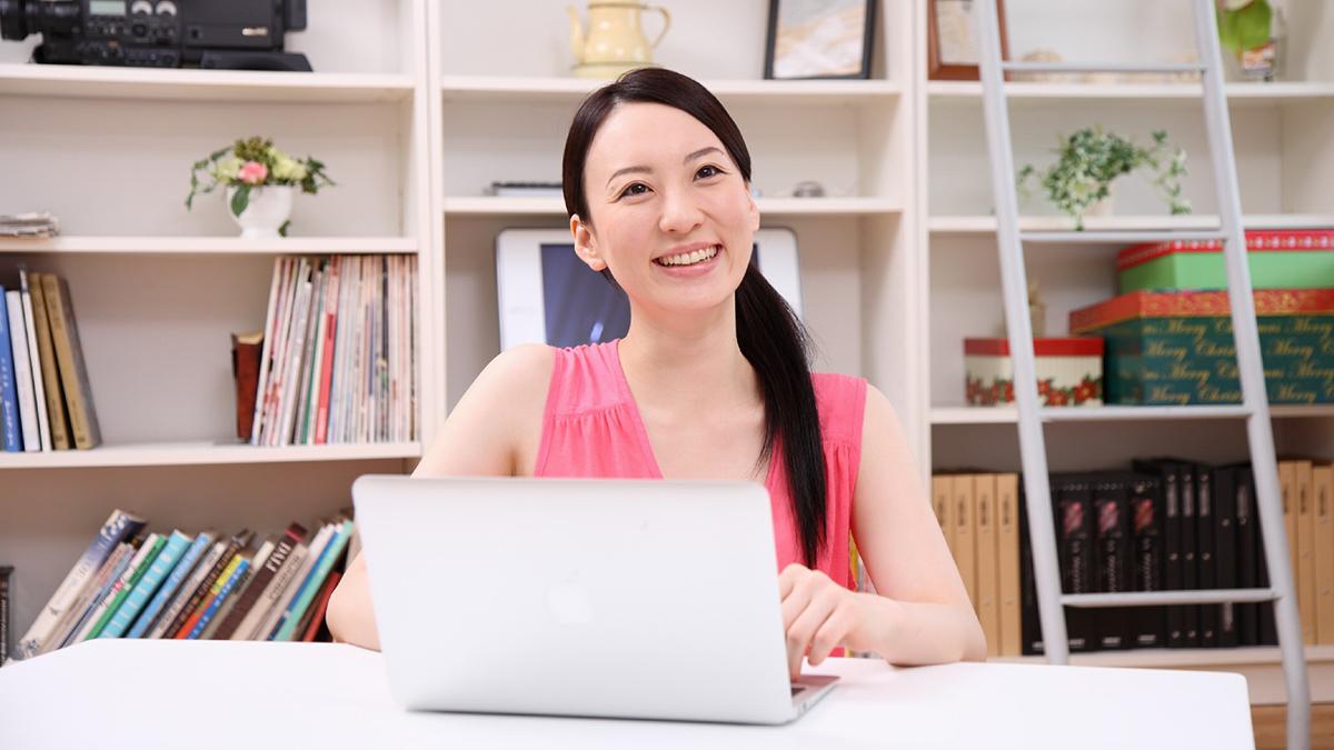 在宅でパソコンを使った仕事をするママのイメージ画像