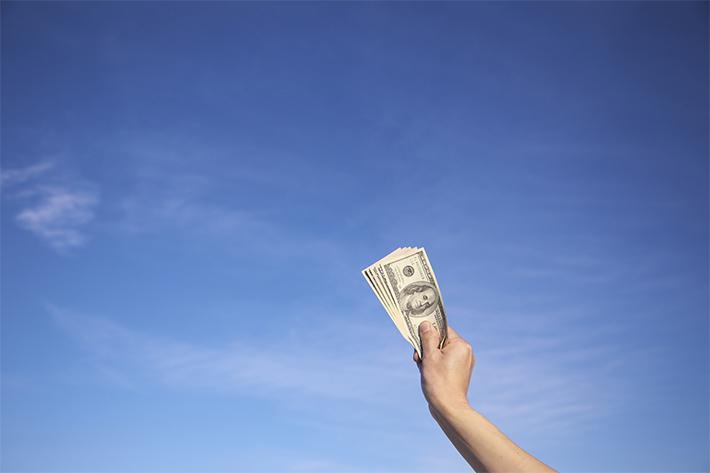 米ドル札と青空