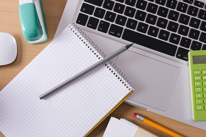 パソコンとノートのイメージ画像