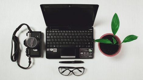 在宅ワークのパソコンと仕事イメージ