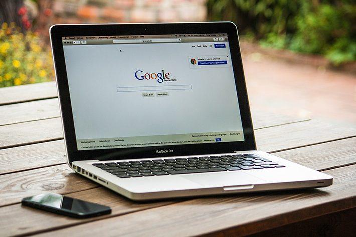在宅ワークでのパソコンとgoogleの仕事イメージ画像