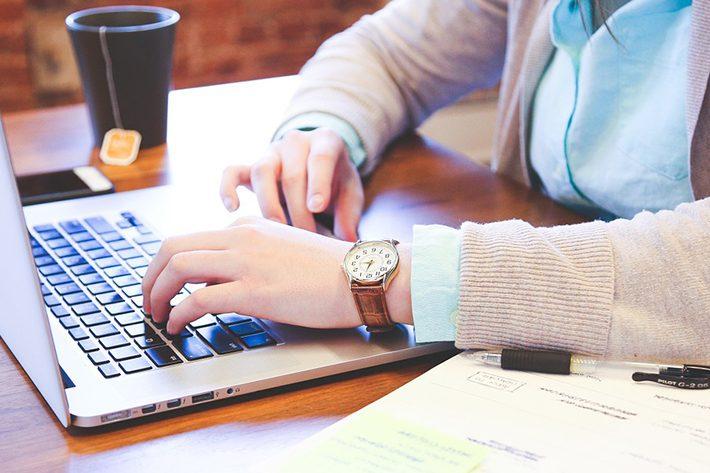 在宅ワークでのパソコンとタイピングの仕事イメージ画像