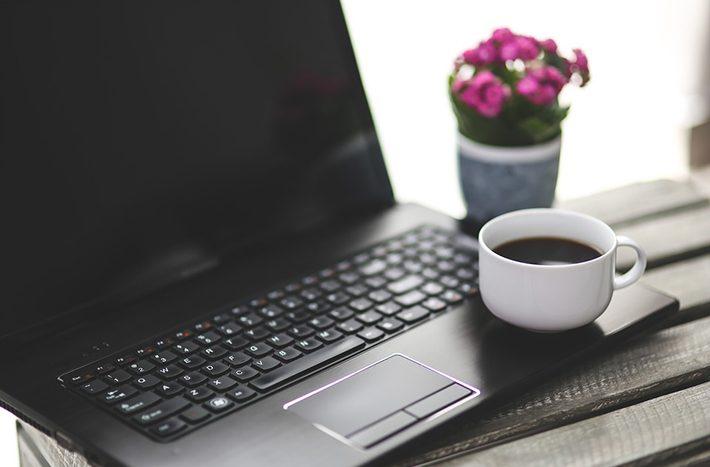 仕事とパソコン、在宅ワークのイメージ画像
