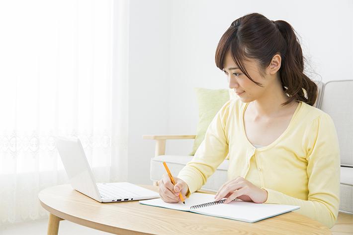 パソコンを操作する若い女性