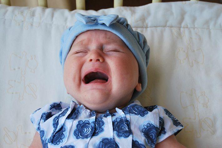 夜泣きをする外国の赤ちゃん