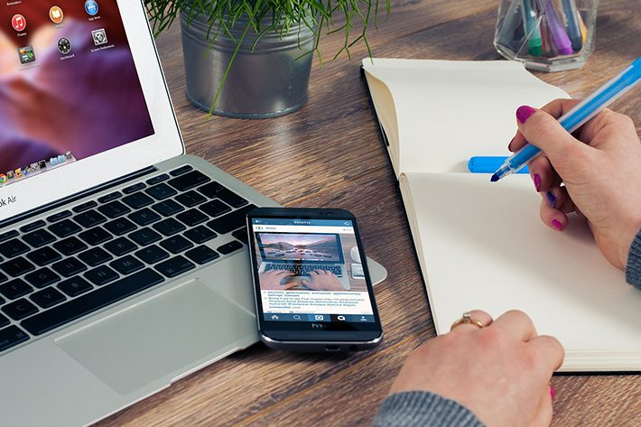 パソコンとスマホの在宅ワークイメージ画像