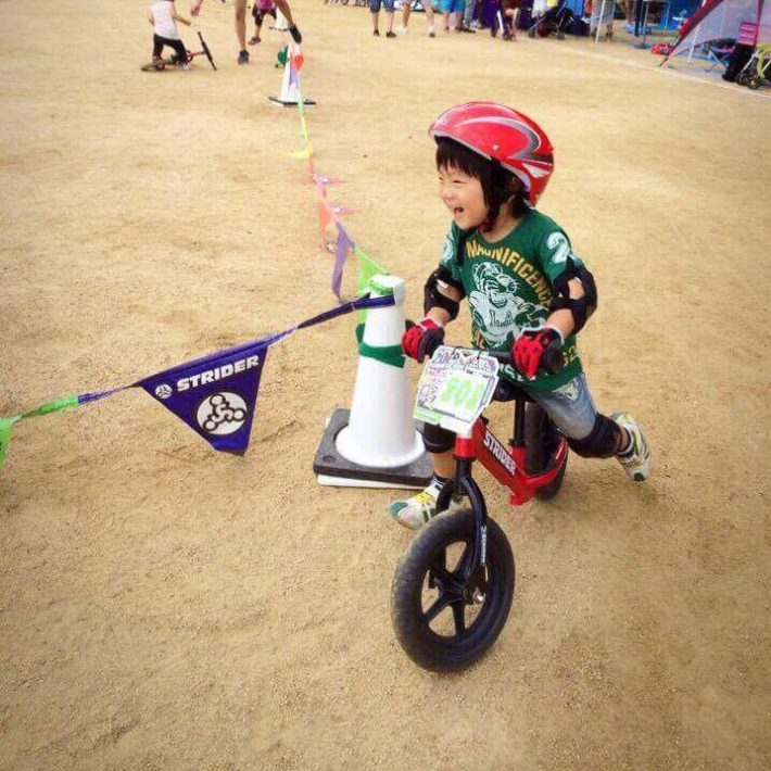 子どもとストライダー(自転車)のイメージ画像
